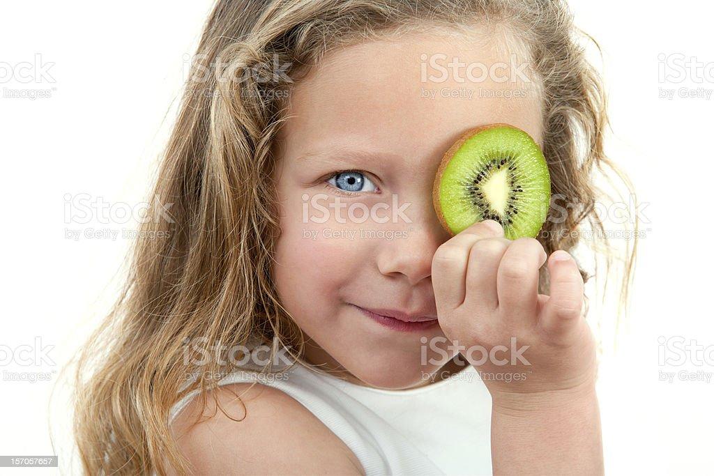 Gros plan de jeune fille blonde tenant des fruits frais. photo libre de droits