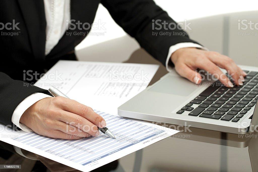 Gros plan de femme d'affaires mains travaillant. photo libre de droits