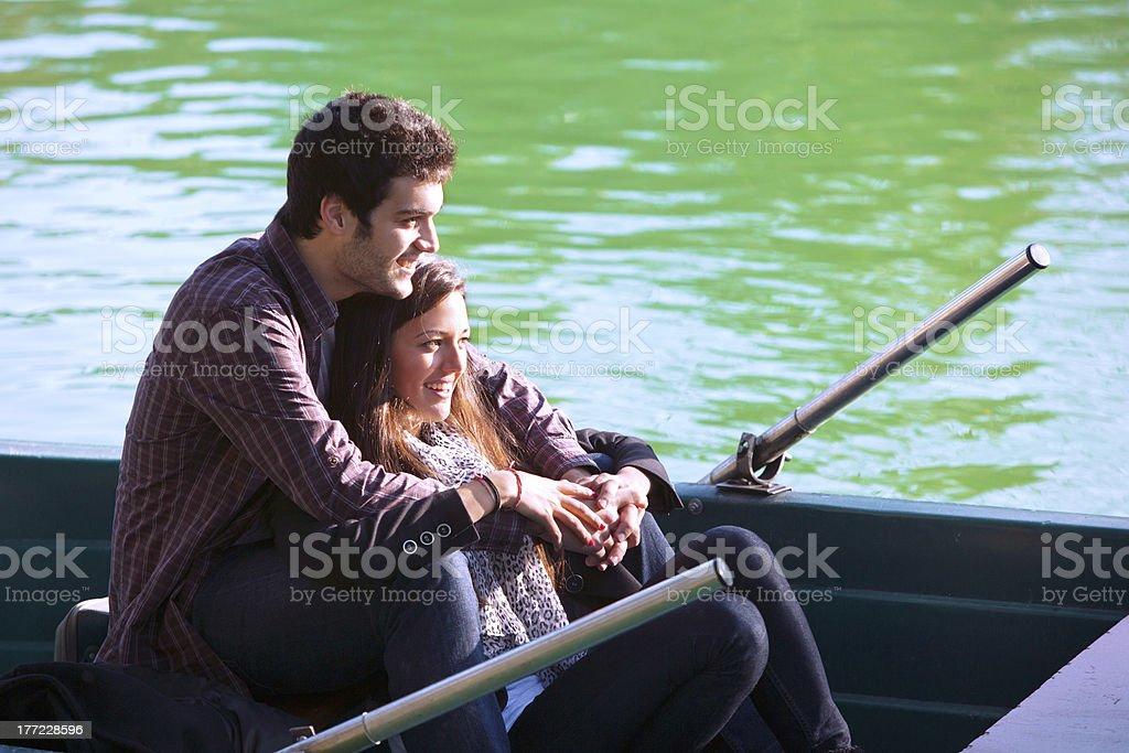 Gros plan du couple sur petit bateau photo libre de droits