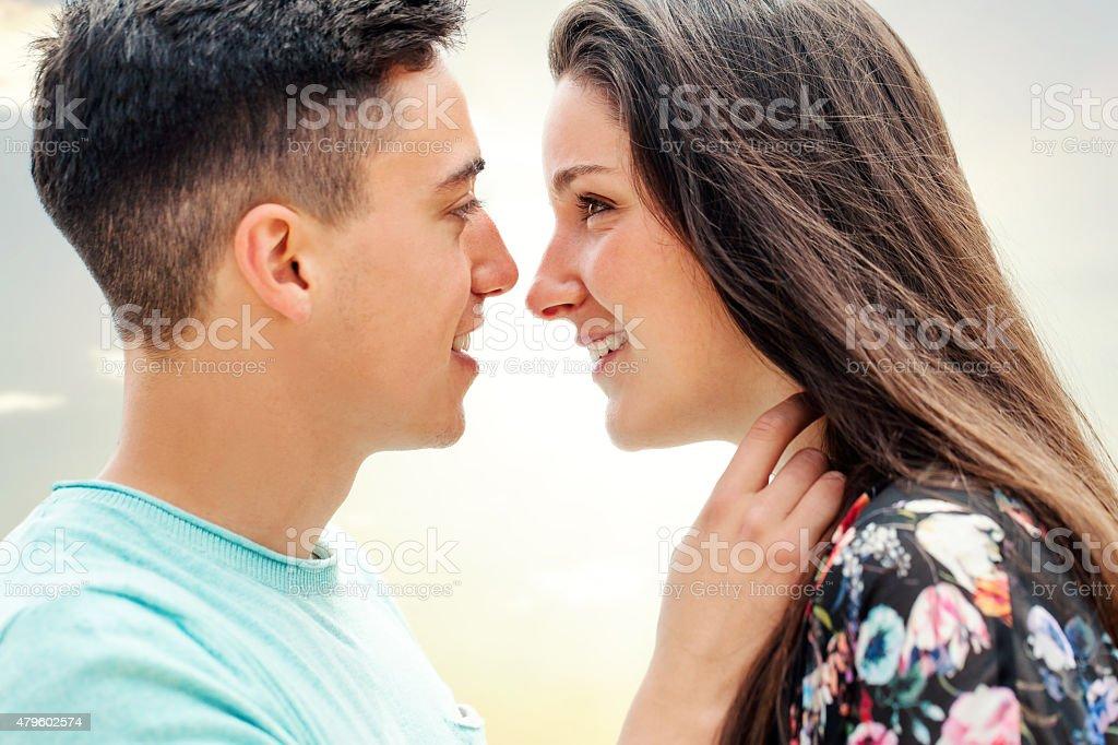 Gros plan du couple montrant affection. photo libre de droits