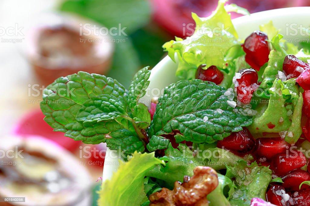 Close-up de Salada de endívia crespa com romã, nozes. foto royalty-free