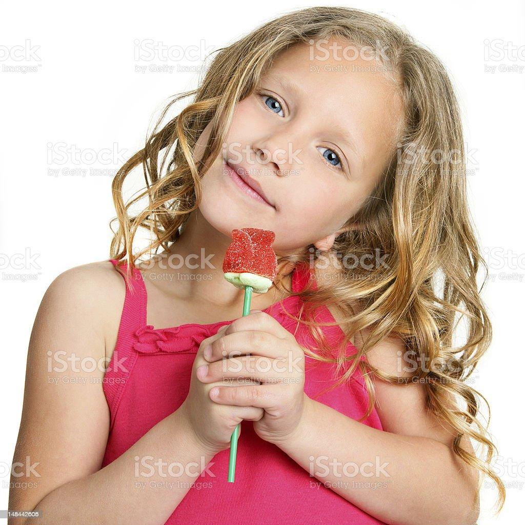 Gros plan d'une jolie fille en tenant rose bonbon. photo libre de droits