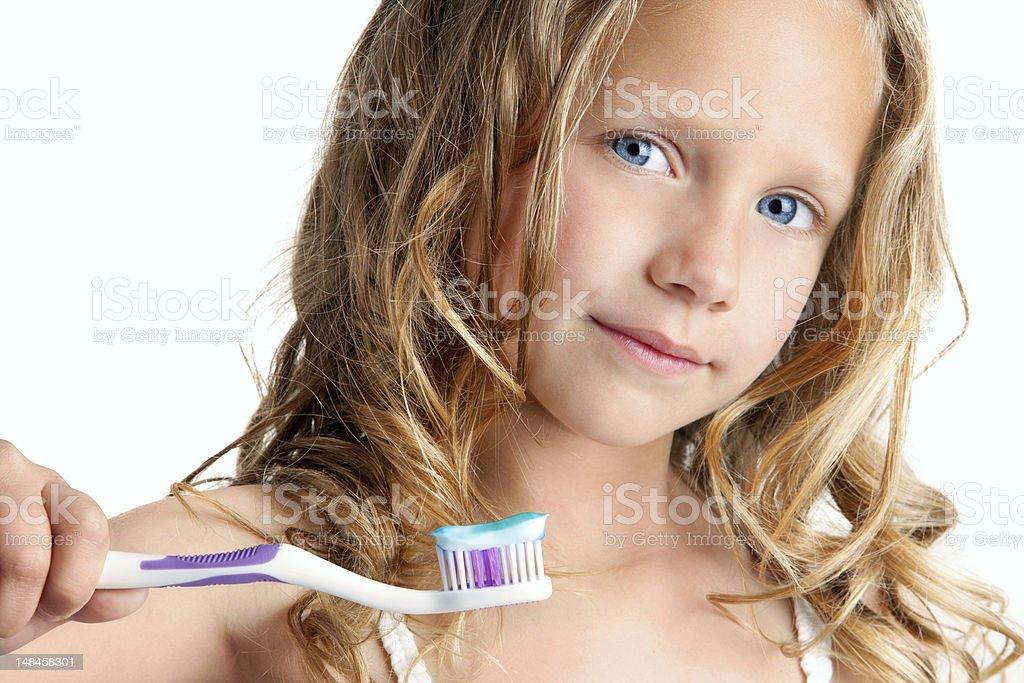 Gros plan d'une jolie fille tenant la brosse à dents. photo libre de droits