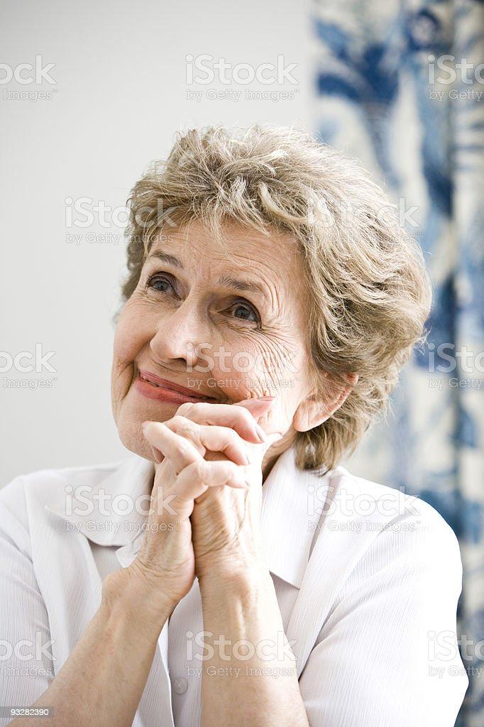 Primer plano de mujer feliz de edad avanzada ideas pensamientos foto de stock libre de derechos