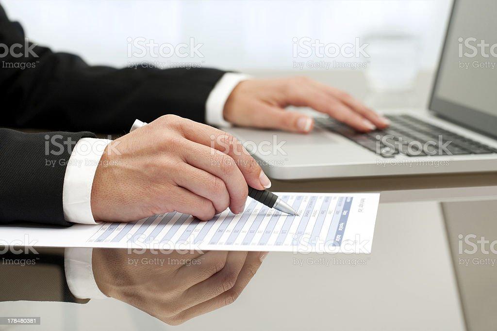 Gros plan de femme les mains faire des documents. photo libre de droits