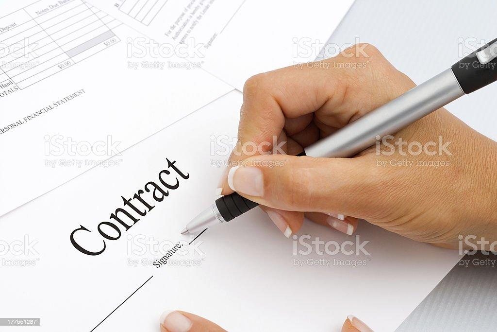 Gros plan de la signature de documents du contrat. photo libre de droits
