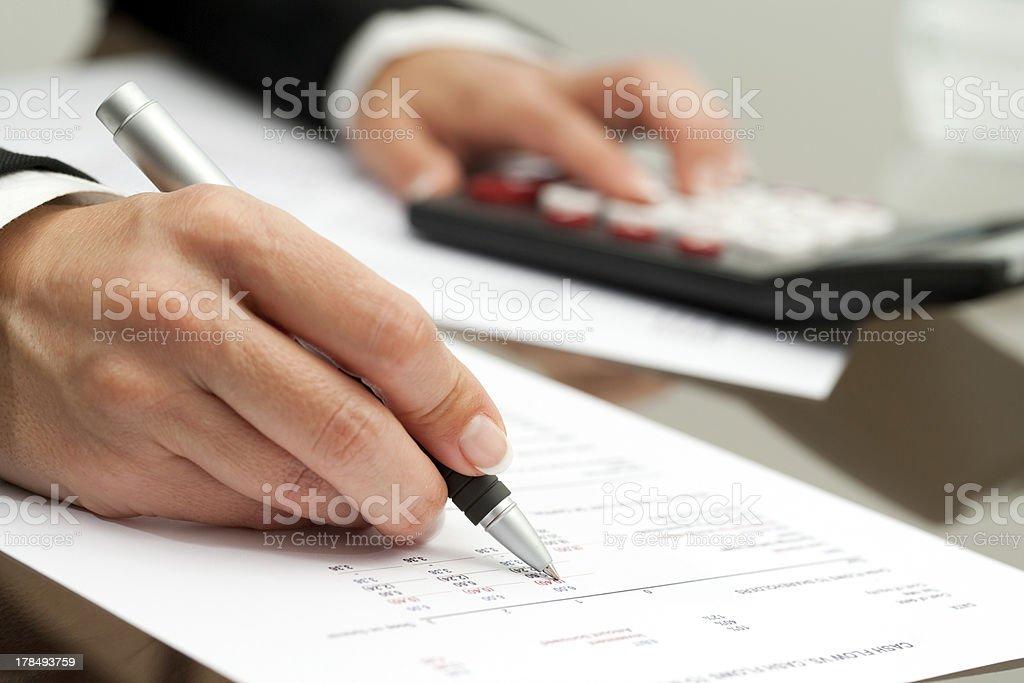 Gros plan de la main avec un stylo sur le document de comptabilité. photo libre de droits