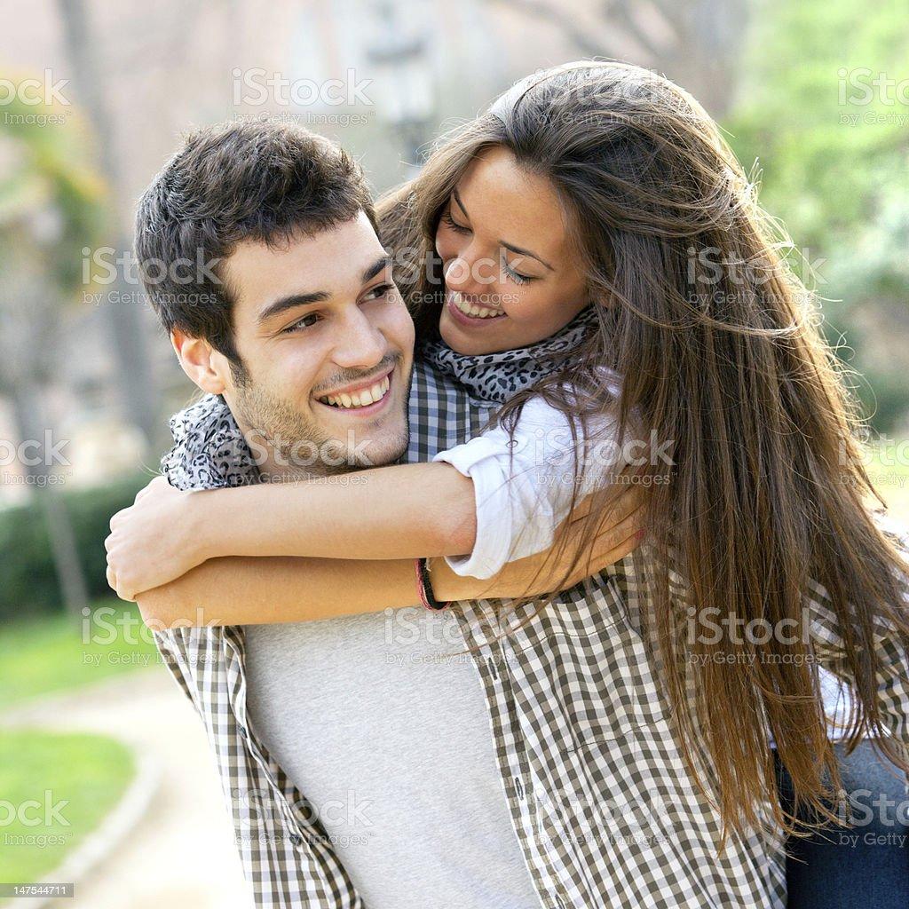 Gros plan du couple heureux ferroutage. photo libre de droits
