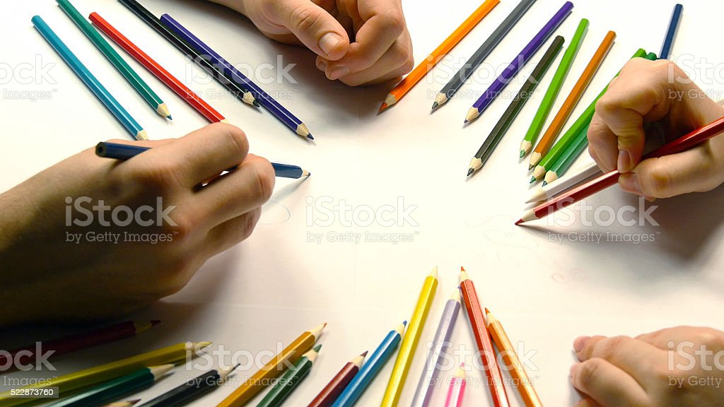 Acercamiento de dibujo Manos de mujeres y hombres foto de stock libre de derechos