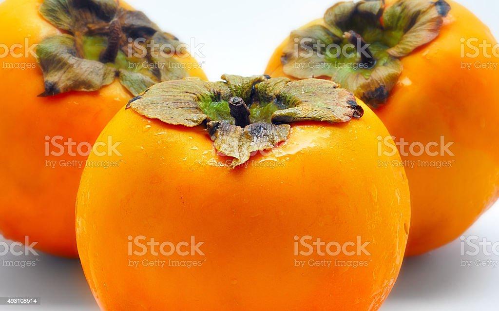 Close-up de três persimmons isolado no fundo branco foto royalty-free