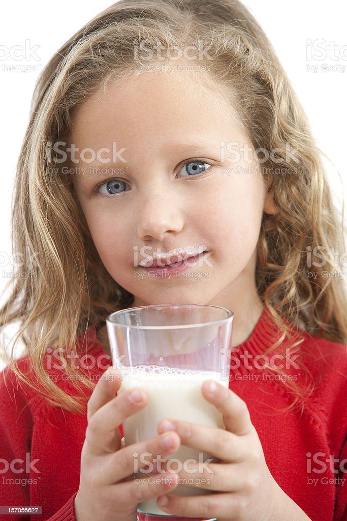 Gros plan de jeune fille de boire du lait. photo libre de droits