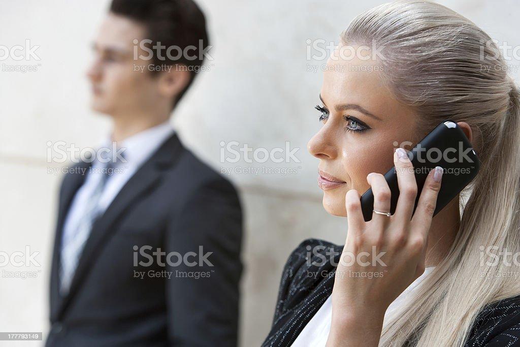 Gros plan portrait de femme d'affaires sur le téléphone intelligent. photo libre de droits
