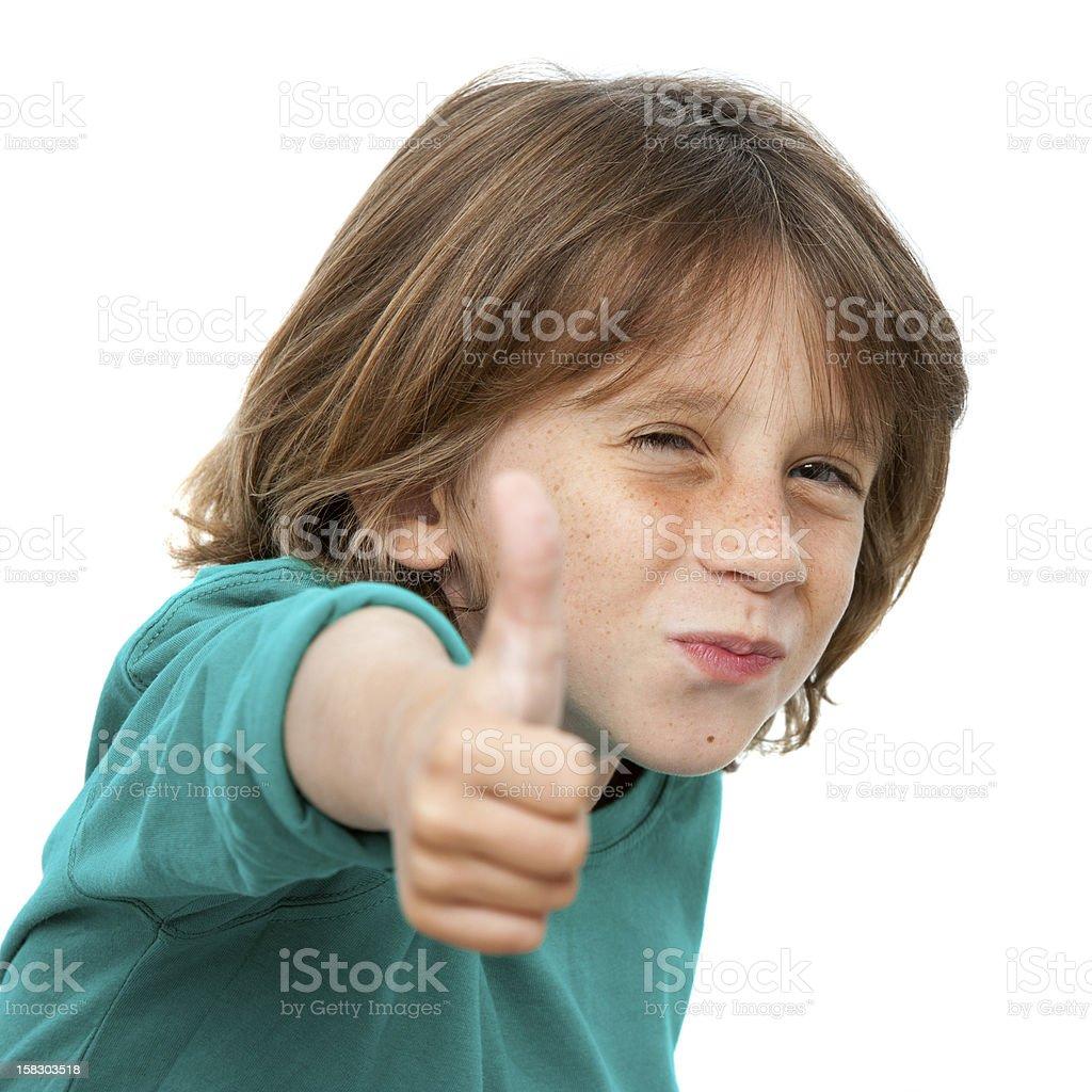 Gros plan portrait de mignon petit garçon avec le pouce levé. photo libre de droits