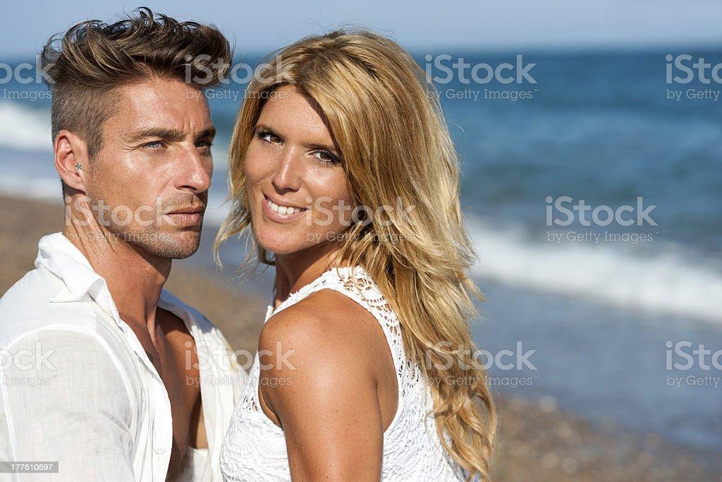 Gros plan portrait de beau couple sur la plage. photo libre de droits