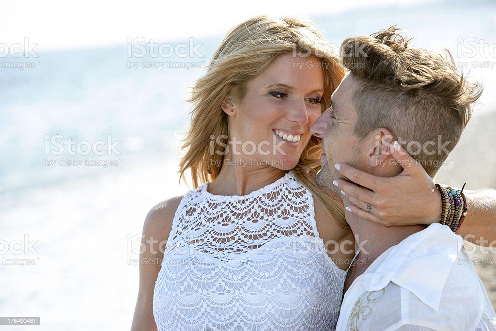 Gros plan portrait de couple romantique sur la plage. photo libre de droits