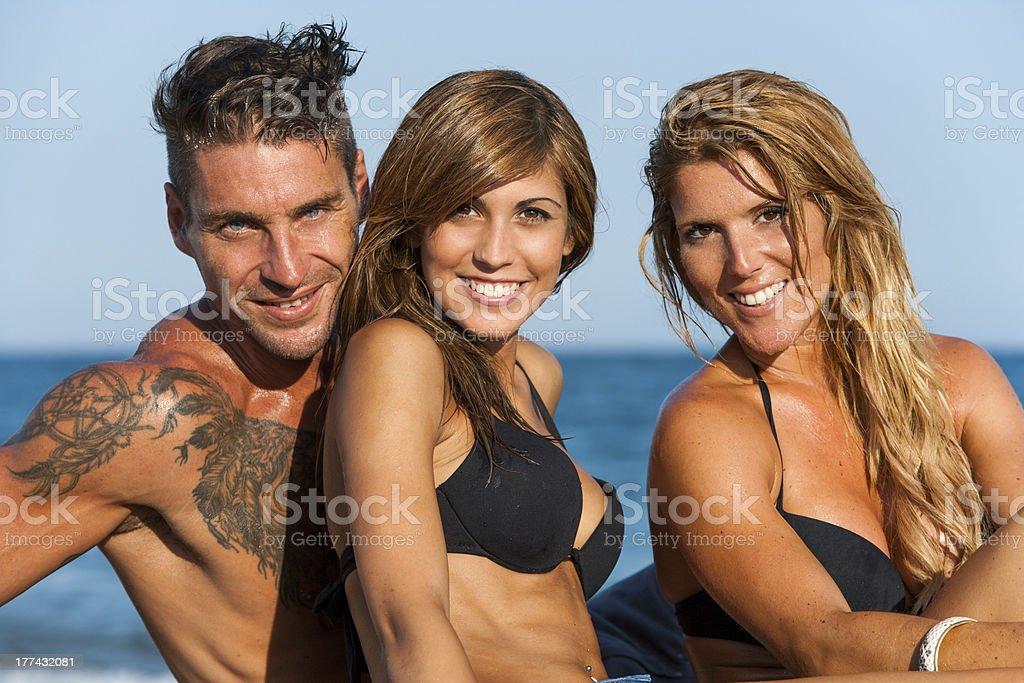 Gros plan portrait de jeune groupe sur la plage. photo libre de droits