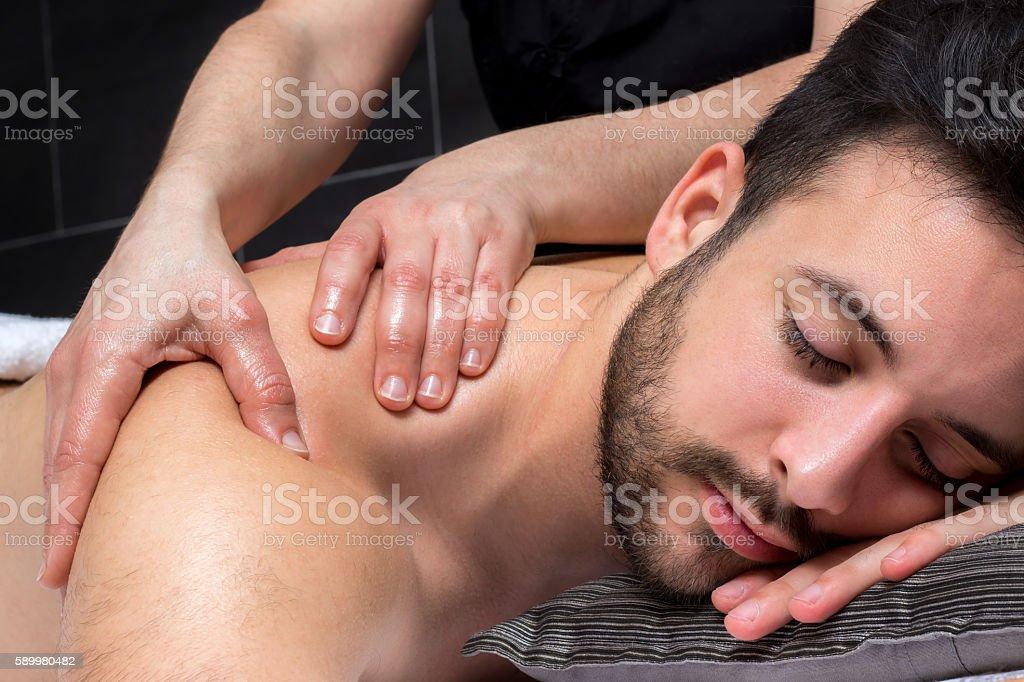 Close up shoulder massage on young man. photo libre de droits