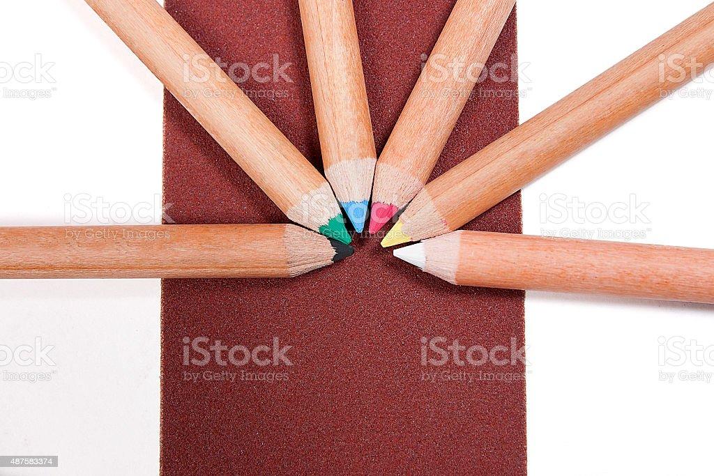 Close up view of lápices de colores diferentes en el papel de lija. foto de stock libre de derechos