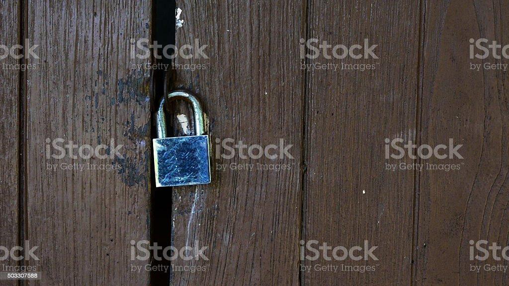 Bloqueo de puerta de madera cerrada de seguridad foto de stock libre de derechos