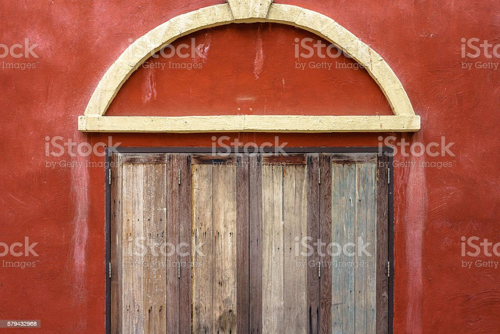 Closed wooden windows on red wall photo libre de droits