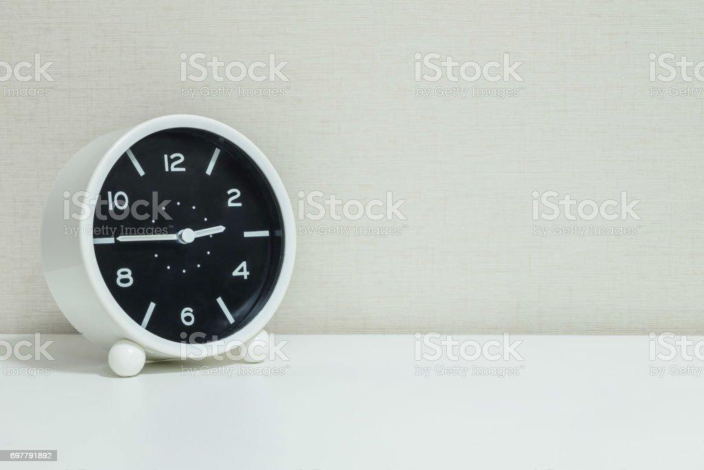 Noir et blanc closeup réveil pour décorer un trimestre à ou