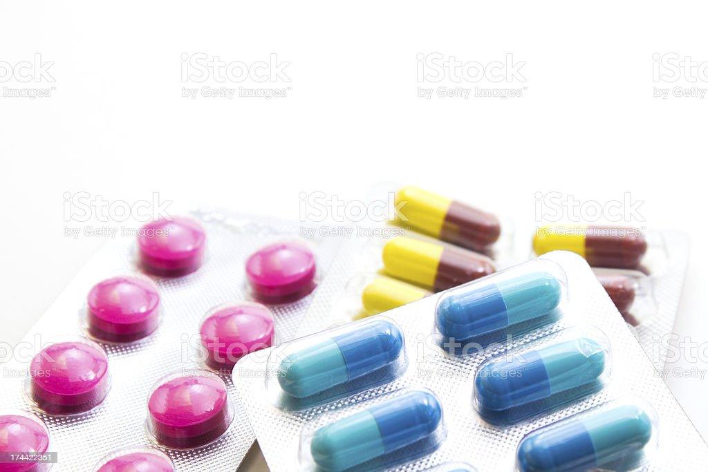 Крупным планом красочные капсулы и таблетки, изолированные на белом фоне Стоковые фото Стоковая фотография