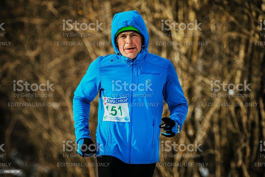 클로즈업 중간 연령 숫나사 러너 착용 겨울 royalty-free 스톡 사진
