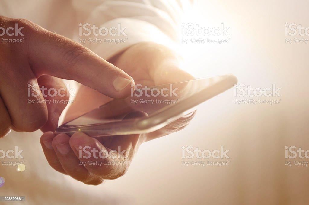 Primer plano de hombre de negocios con teléfono inteligente moderno foto de stock libre de derechos