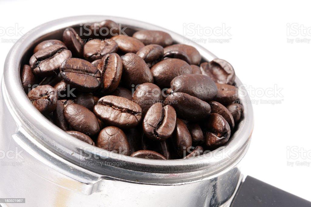 Nahaufnahme von Kaffeebohnen in filter Inhaber Lizenzfreies stock-foto