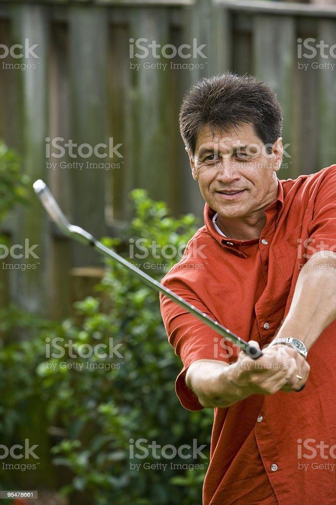 Close-up of middle-de hispanos hombre jugando golf foto de stock libre de derechos