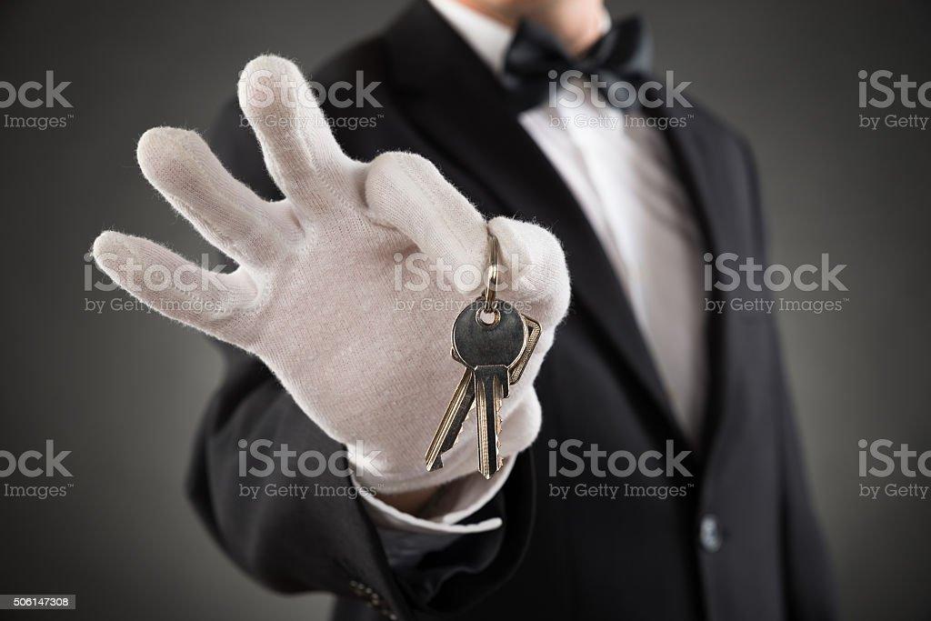 Primer plano de camarero llaves de sujeción - foto de stock