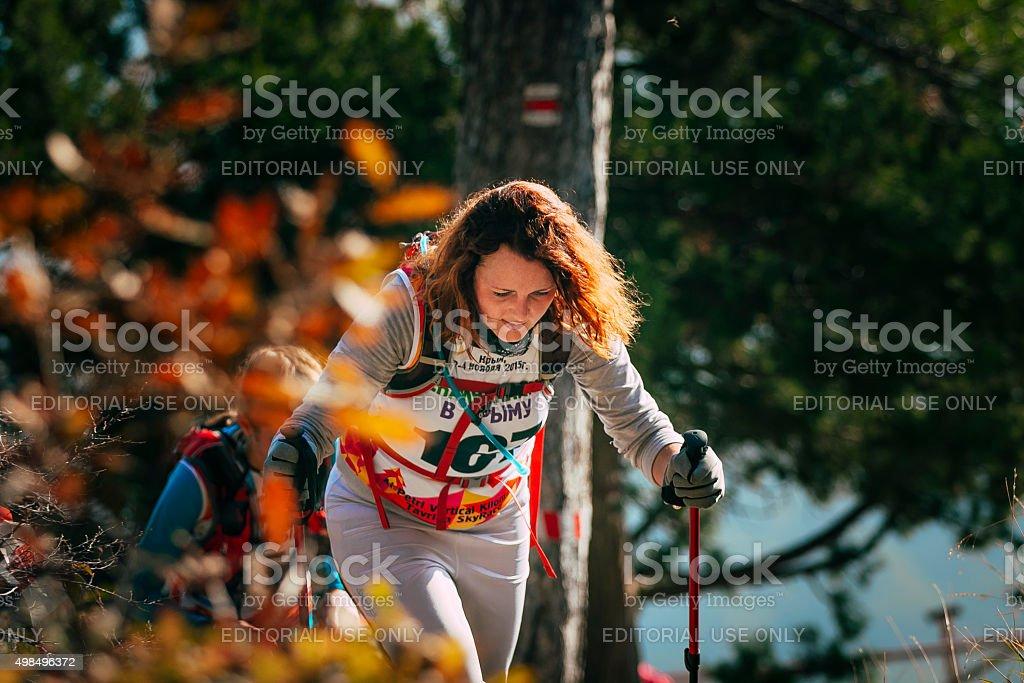 클로즈업 젊은 여자 만화 하이킹 sticks. 추절 풍경 royalty-free 스톡 사진