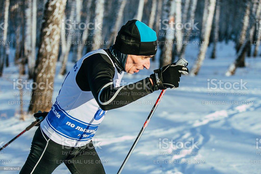 클로즈업 늙음 숫나사 스키어 동안 경주 woods royalty-free 스톡 사진