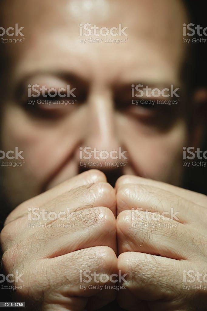 Close-up Retrato de um homem com olhar intenso foto royalty-free
