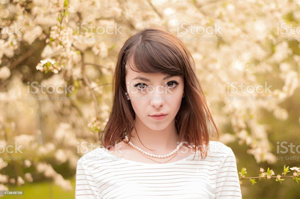 Retrato de primer plano de niña de moda oscuras con hermosos ojos cafés foto de stock libre de derechos