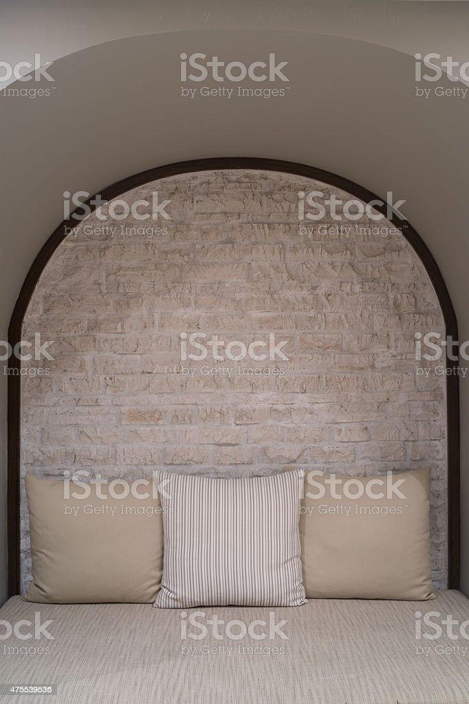 Toile brun canapé avec oreillers et mur de briques photo libre de droits