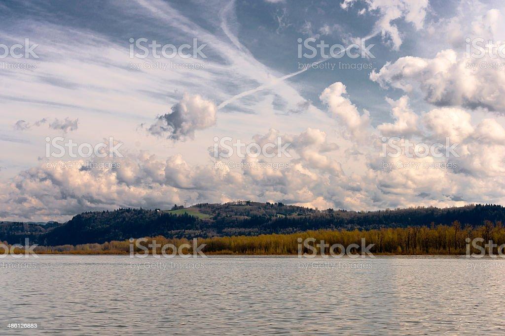 Cloud ballare sul fiume foto stock royalty-free