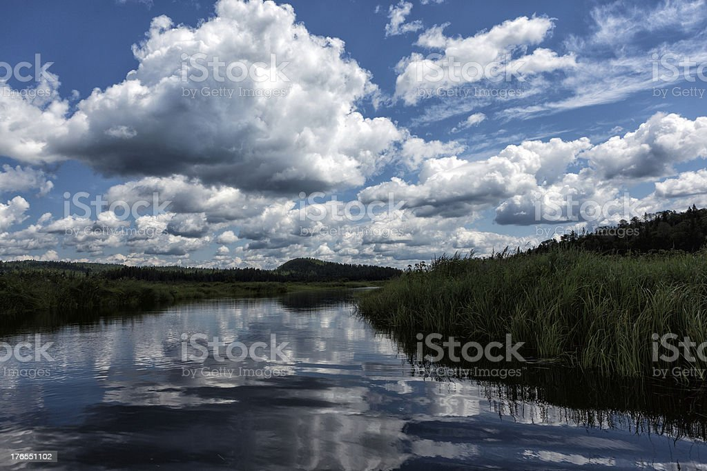 Wolken über den Fluss Lizenzfreies stock-foto