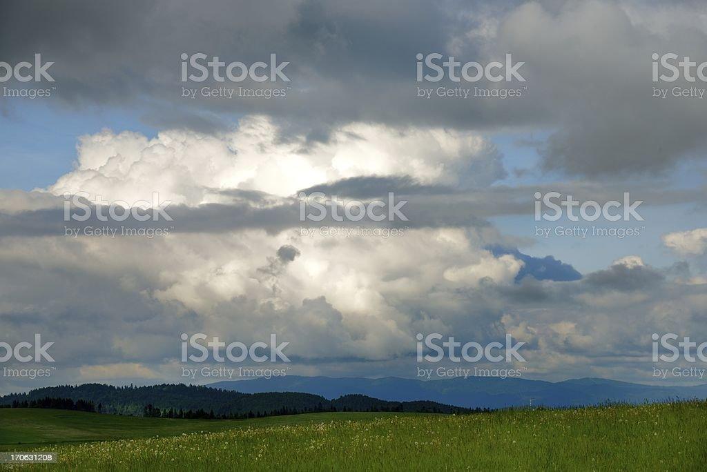 Nubes sobre el prado foto de stock libre de derechos