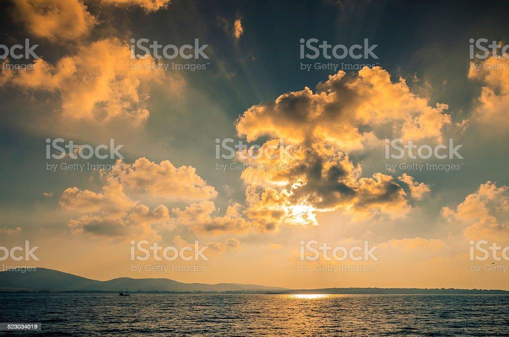 Nublado atardecer sobre el Mar Negro Sozopol Bulgaria foto de stock libre de derechos