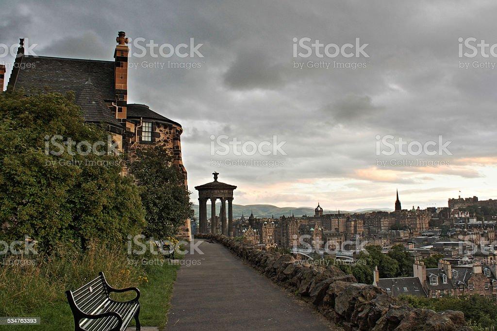 Turva pôr do sol sobre o Calton Hill, Edimburgo foto de stock royalty-free
