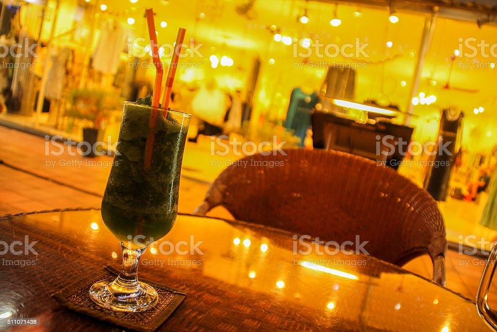 Cocktails et des boutiques photo libre de droits