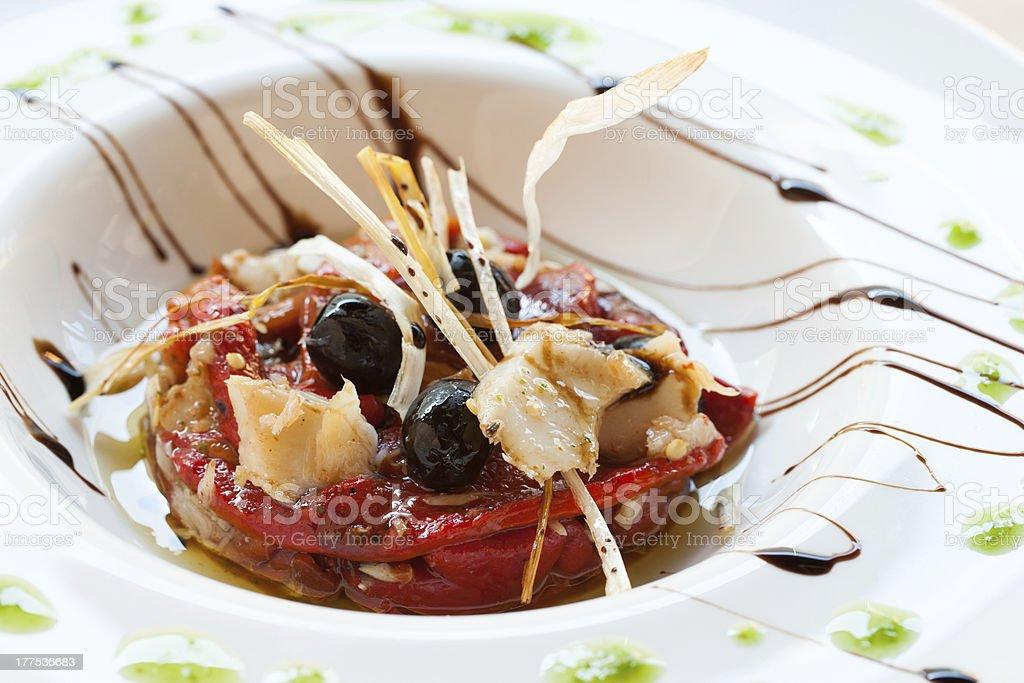 Cabillaud et le poivron rouge plat. photo libre de droits