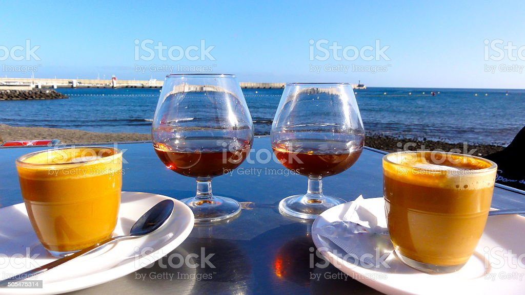 Café y coñac en la tarde en el mar foto de stock libre de derechos