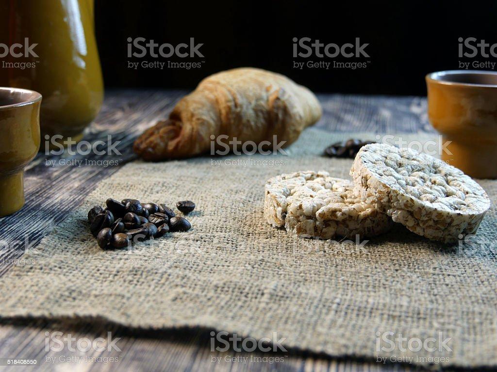 Café y un croissant en un fondo Vintage foto de stock libre de derechos