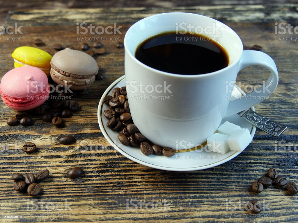 Café y macarones sobre la mesa. foto de stock libre de derechos