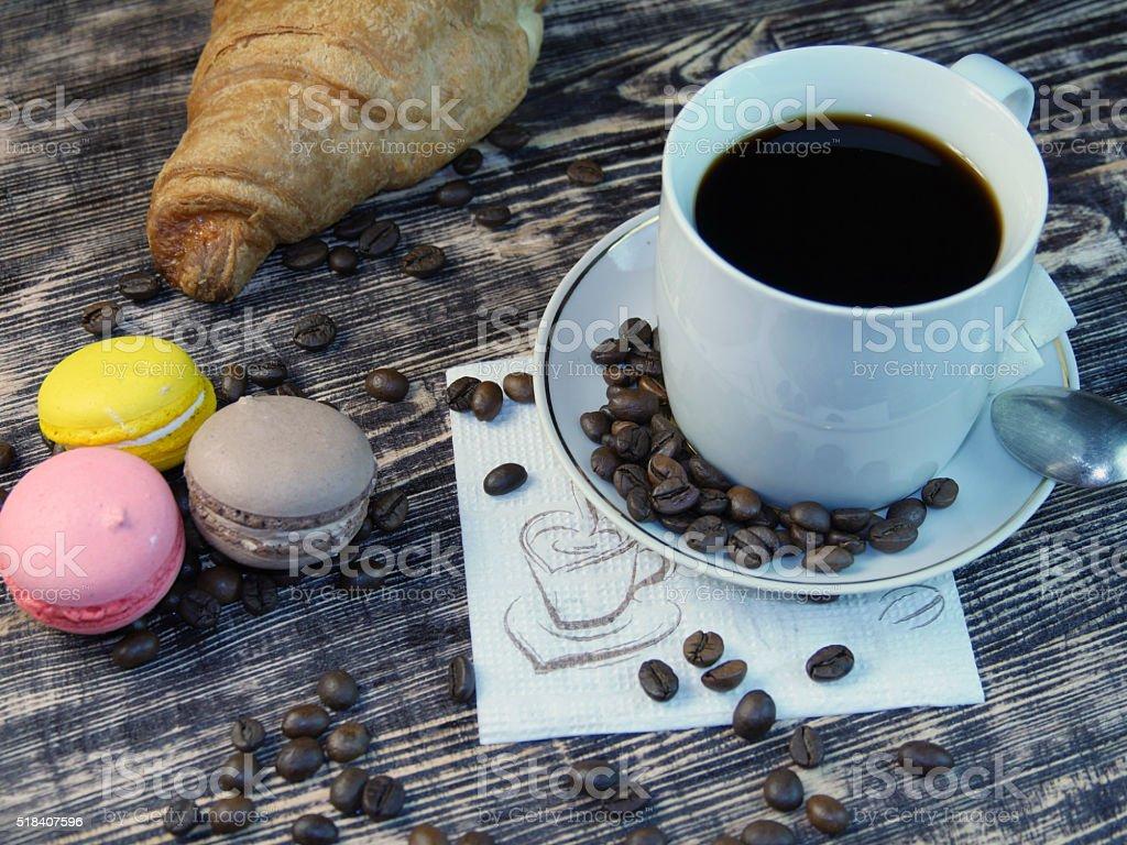 Café y macarones girando sobre mesa de madera. foto de stock libre de derechos