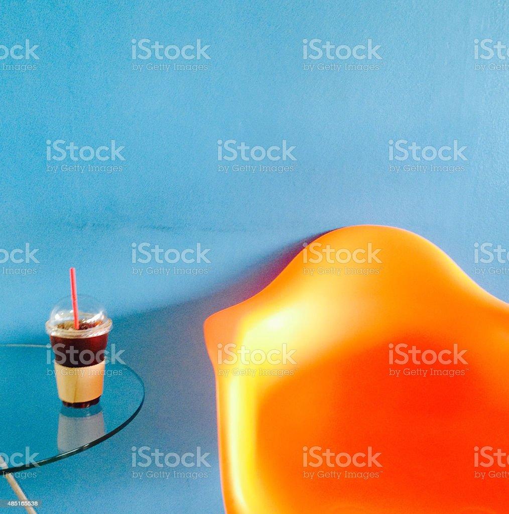 Кофе и оранжевый стулом, расслабьтесь время Стоковые фото Стоковая фотография