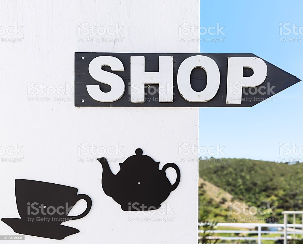 Sinalização de café em Mértola, em Portugal. Cores de Portugal Série foto royalty-free