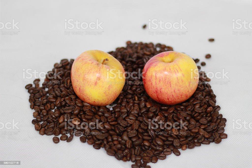 Kaffeebohnen und Äpfel stock photo